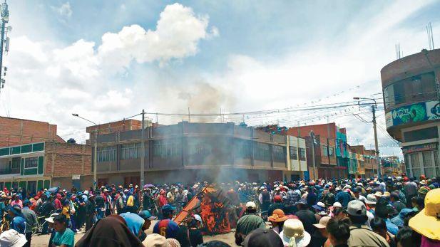 Unos 40 locales nocturnos de Juliaca fueron incendiados por turbas. (Foto: Carlos Fernández)