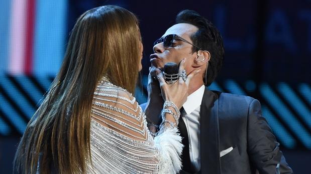 Marc Anthony durante el famoso beso con jLO en el reciente Grammy Latino. (Foto: AFP)