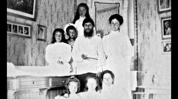 1908. La zarina, Alexandra Feodorovna, y sus cinco hijos, acompañados por Rasputín. (Wikimedia Commons)