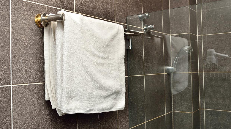 Conoce cu ndo y c mo debes lavar tus tollas de ba o for Cuelga toallas bano