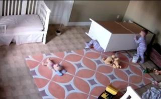 Bebe salvó a su mellizo al que le cayó un mueble encima [VIDEO]