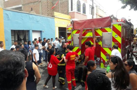Barranco: incendio destruyó 20 habitaciones prefabricadas