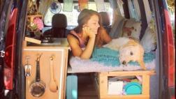 Así son las aventuras de una chica y su perro en una camioneta