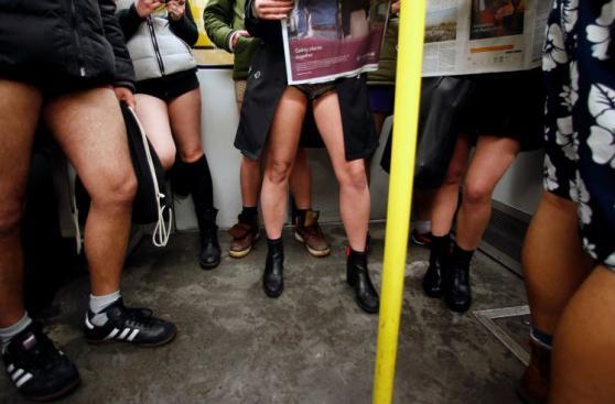 Miles celebran Día de viajar sin pantalones en metro [FOTOS]