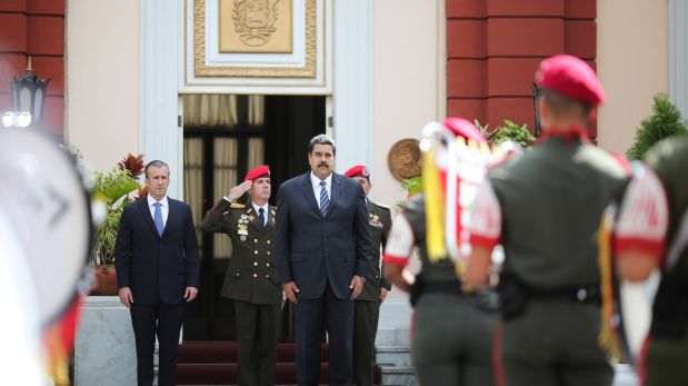 Nicolas Maduro recibiendo honores militares junto a su flamante vicepresidente Tareck El Aissami, en el Palacio de Miraflores (Reuters)