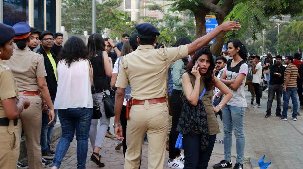 Los fans del cantante recibiendo explicaciones de la policía. (Foto: AP)