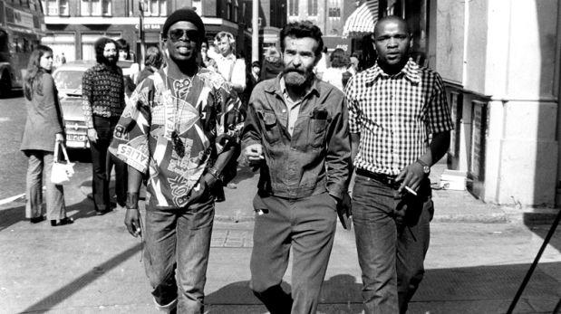 1973, Londres. El autor teatral Athol Fugard y los actores sudafricanos John Kani y Winston Ntshona.