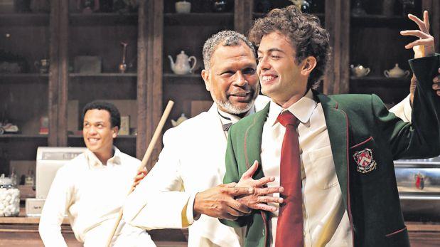 Fernando Luque (con saco verde), Lucho Sandoval y Alejandro Villagómez (al fondo) en escena. (Foto: Nancy Chappell)