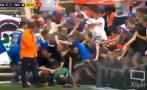 YouTube: anota un gol y se cae la tribuna en plena celebración