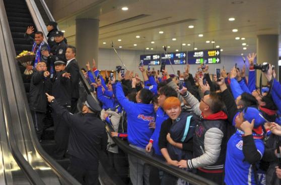 Carlos Tevez desató locura de hinchas en aeropuerto de Shanghái