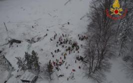 Italia: Celebración al extraer a supervivientes por alud