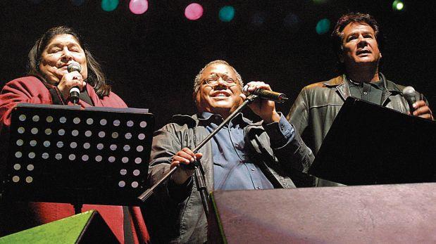 """El 29 de setiembre del 2001 en el concierto """"Todas las sangres"""" con la recordada Mercedes Sosa y Víctor Heredia. (Foto: Archivo El Comercio)"""