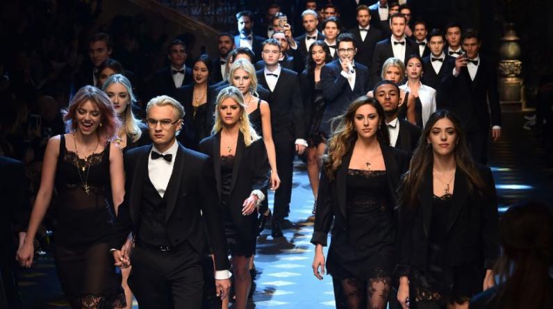 Pyper America Smith, Brandon Lee, Sophia y Sistine Stallone presentan la creación de la casa Dolce&Gabbana. (Foto: AFP)
