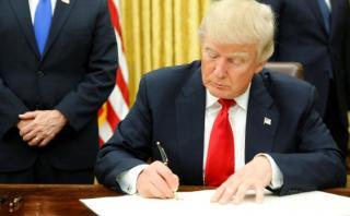 Trump firmó decreto que marca inicio del fin del Obamacare