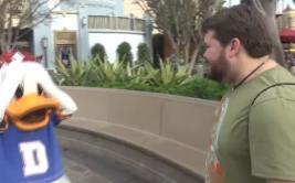 Viajó a Disneyland y sorprendió a los personajes imitándolos