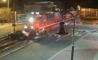 YouTube: el impactante momento en que un tren arrolla un auto