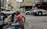 Indignación ante video de venezolanos buscando basura