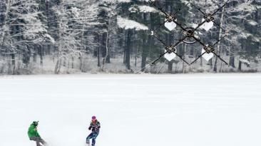 'Snowboarders' se cuelgan de un dron en Letonia [VIDEO]