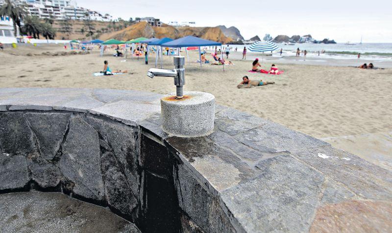Frente a las costas de la playa Santa María del Mar hay tres baños públicos y caños para el aseo de sus visitantes. (Juan Ponce / El Comercio)