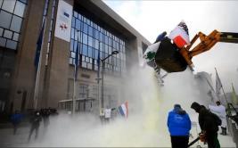 Cubren la sede del Consejo Europeo con kilos de leche en polvo