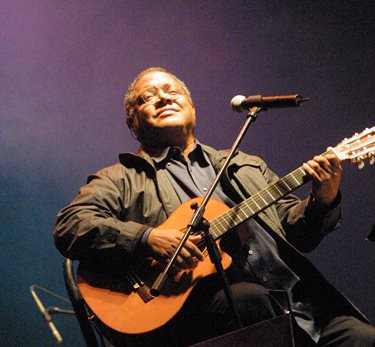 Pablo Milanés en el festival Todas las Sangres de 2001 realizado en el Jockey Club. (Foto: Consuelo Vargas)