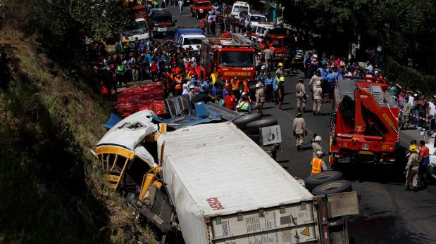 A general view after a crash between a bus and a truck on the outskirts of Tegucigalpa, Honduras, February 5, 2017.  REUTERS/Jorge Cabrera