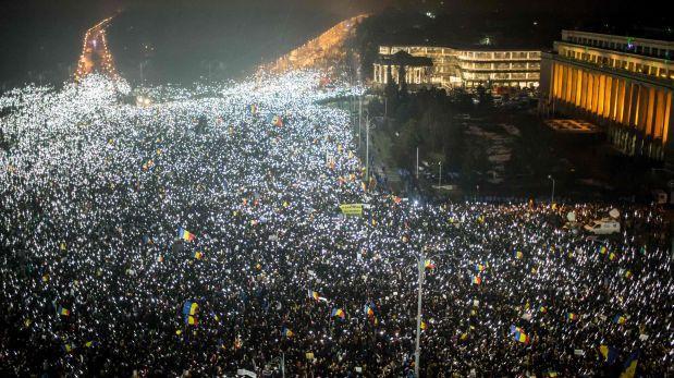 Rumania se harta de sus políticos corruptos y toma las calles