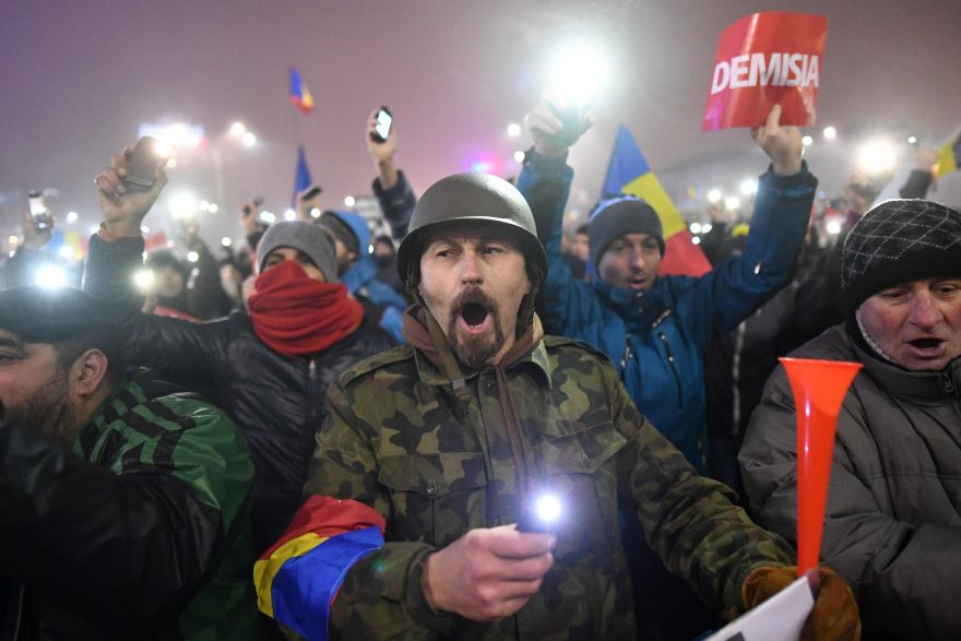 People protest against the government in Bucharest on February 6, 2017. Romania's government formally repealed Sunday contentious corruption legislation that has sparked the biggest protests since the fall of dictator Nicolae Ceausescu in 1989, ministerial sources said. / AFP / Daniel MIHAILESCU