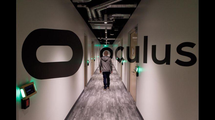 Mark Zuckerberg prueba prototipos de guantes Oculus de realidad virtual