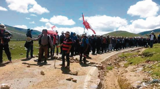 Las dos carreteras de acceso a la mina Las Bambas están bloqueadas. La situación se complica cada día. (Foto: USI)
