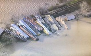 Tren se descarrila en California: 22 vagones cayeron al río