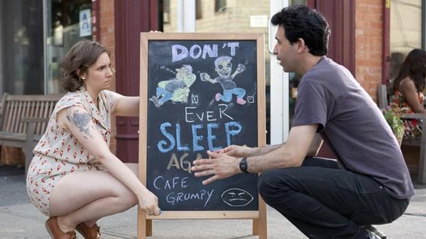 Hannah y Ray (Alex Karpovsky), administrador del café Grumpy. La guionista plasmó sus experiencias en la serie. (Foto: HBO)