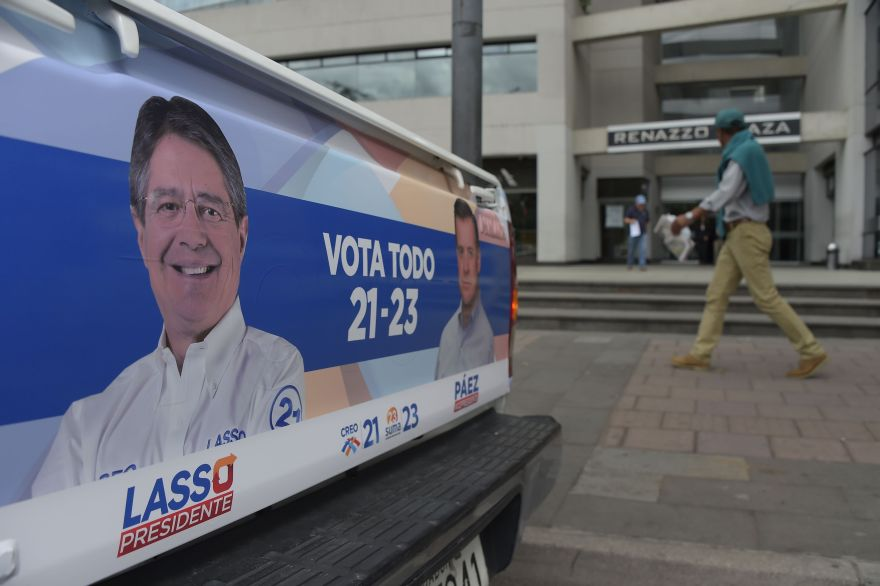 A pick-up truck bears electoral propaganda of presidential candidate Guillermo Lasso, in Quito on January 3, 2017 as campaigning opened for Ecuador's February 19 general elections, which will decide who succeeds leftist President Rafael Correa after a decade in power. Eight candidates are vying to replace Correa, a radical economist and one of the last of a generation of leftist leaders who dominated Latin American politics for more than a decade. The race comes at a time when the region's politics have shifted firmly to the right amid an economic downturn. / AFP / Rodrigo BUENDIA