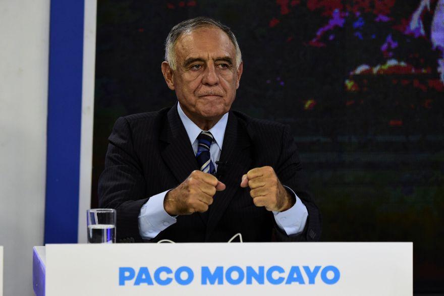 Ecuadorean presidential candidate for the Democratic Left party Paco Moncayo participates in a televised debate in Quito, February 5, 2017. / AFP / RODRIGO BUENDIA