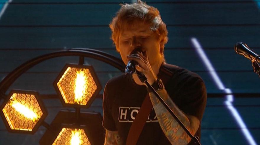Ed Sheeran cantó en vivo en los Grammy.