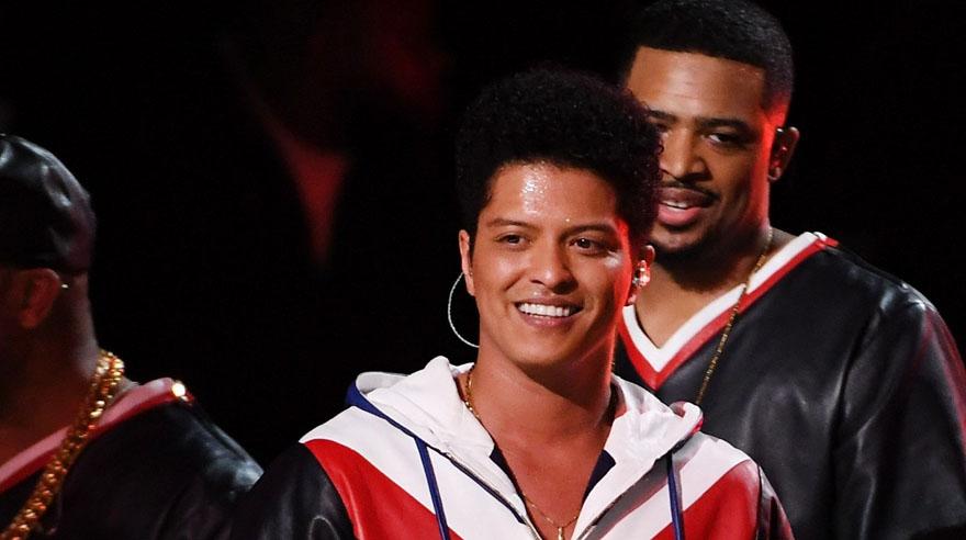 Bruno Mars cantó en los Grammy. (Foto: AFP)