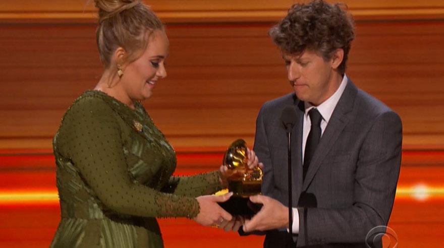 Adele se llevó los principales premios de la edición 2017 del Grammy. (Foto: Captura de pantalla)