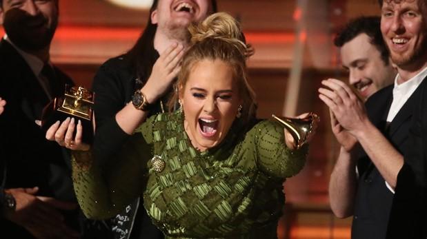 Adele rompe el gramófono para celebrar con Beyoncé. (Foto: AFP)