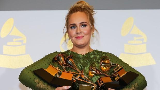 Adele con los trofeos que ganó en el Grammy 2017. (Foto: AFP)