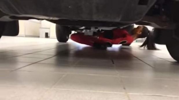 Increíble: Reina del Limbo pasó debajo de una camioneta