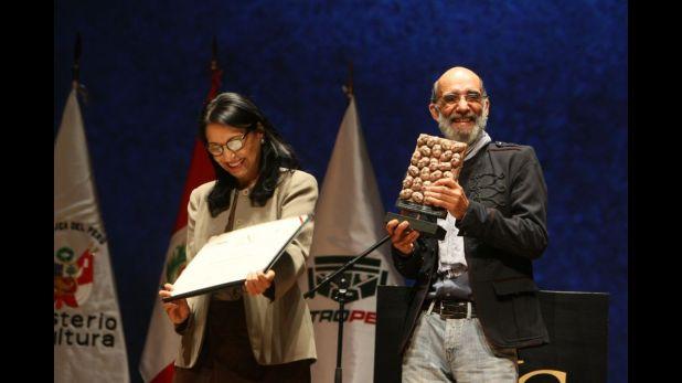 Fernando Zevallos recibiendo el Premio Nacional de Cultura. (Crédito: Franz Krajnik)