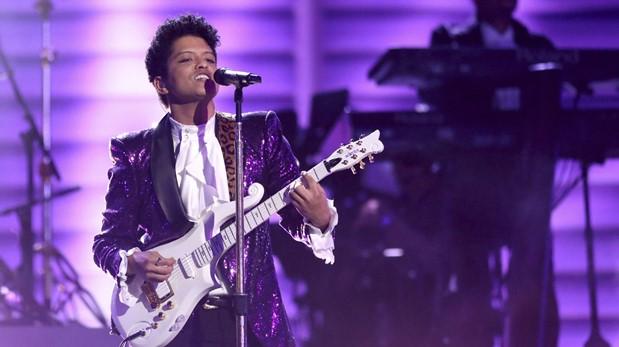 Prince en el tributo a Prince en los premios Grammy. (Foto: AFP)