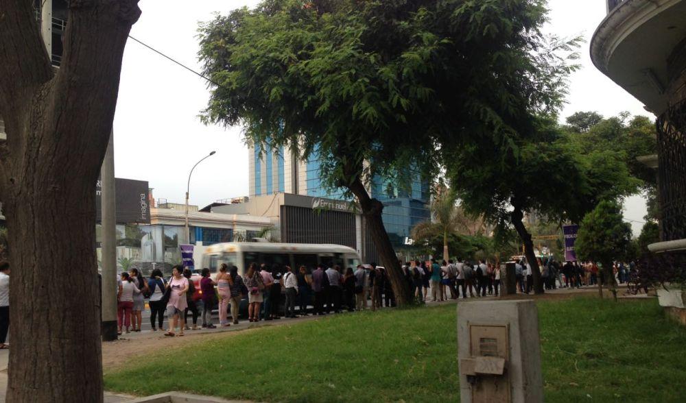 Decenas de pasajeros esperaron ayer por más de media hora para abordar un bus tras cambios en la ruta 209 del corredor Javier Prado - La Marina. (El Comercio)