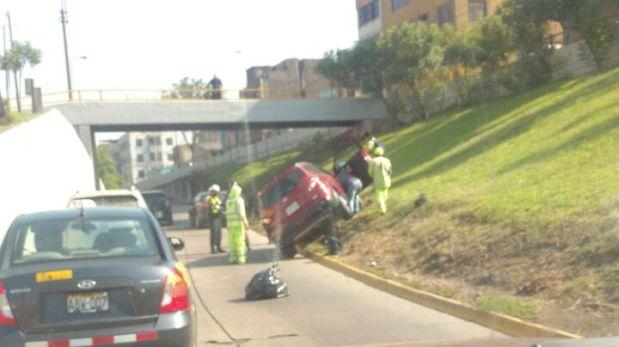 Cuatro personas viajaban en el auto rojo, que fue golpeado por una camioneta que circulaba a alta velocidad. (Foto: WhatsApp El