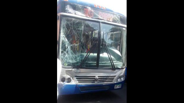 Bus azul chocó contra un ómnibus interprovincial (Foto: WhatsApp El Comercio)