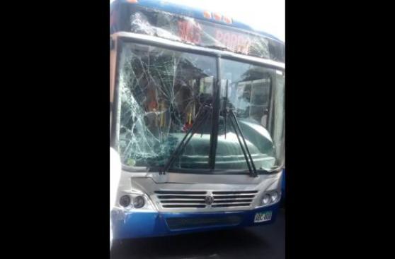 Bus del Corredor Azul chocó contra ómnibus interprovincial