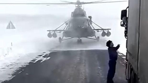 Aterriza su helicóptero y pide a camionero que lo guíe [VIDEO]