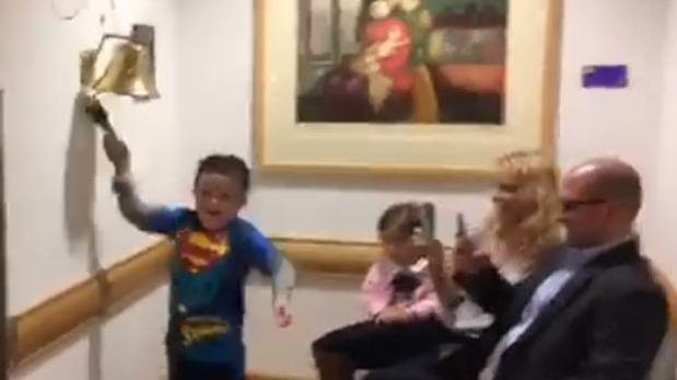 Niño celebró fin de quimioterapia vestido de Superman [VIDEO]
