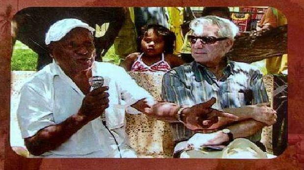 """En el año 2012, el premio Nobel de Literatura Mario Vargas Llosa visitó al poeta Fernando Barranzuela en su propia casa. El novelista se habría inspirado en él para uno de sus personajes de """"El héroe discreto"""". (Foto: Archivo personal)."""