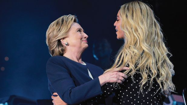Noviembre del 2016. Beyoncé junto a Hillary Clinton, excandidata a la presidencia de los EE.UU., durante la campaña celebrada en Ohio. (Crédito: Reuters)